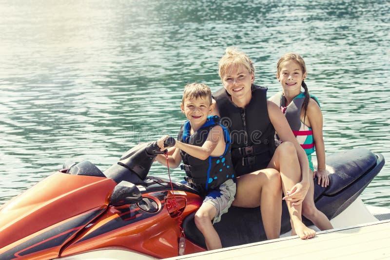 Leute, die eine Fahrt auf einen persönlichen Watercraft genießen lizenzfreie stockfotos