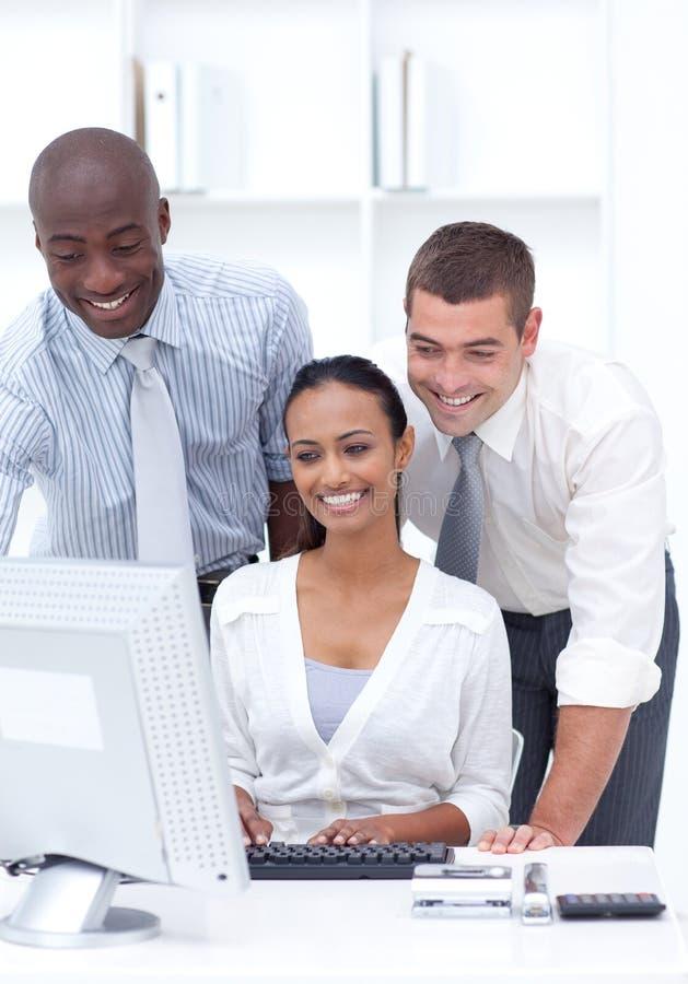Leute, die in einem Büro arbeiten lizenzfreie stockbilder