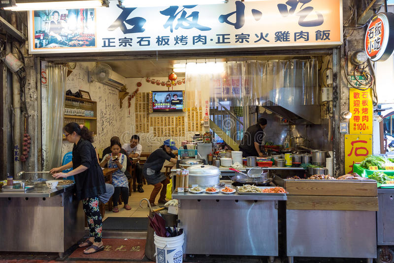 Leute, die an einem kleinen Restaurant in Wulai essen stockfoto