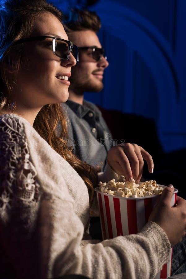 Leute, die einen Film 3d am Kino aufpassen stockbild