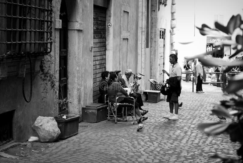 Leute, die in einer Straße von Rom sprechen lizenzfreie stockfotos