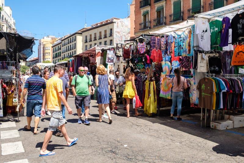 Leute, die an EL Rastro, der populärste Freilichtmarkt in Madrid kaufen stockfotografie