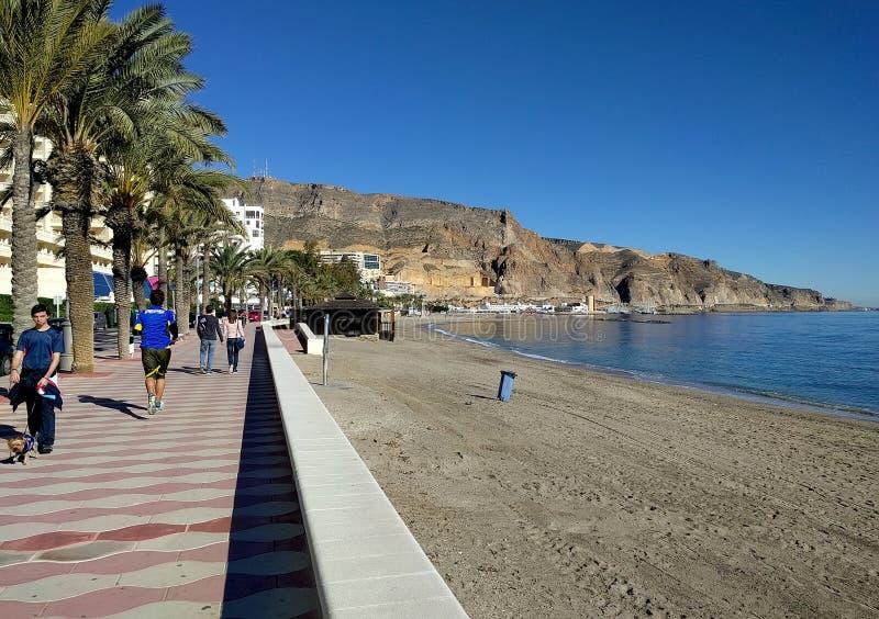 Leute, die entlang die Seeseitepromenade von Aguadulce gehen spanien lizenzfreie stockfotos