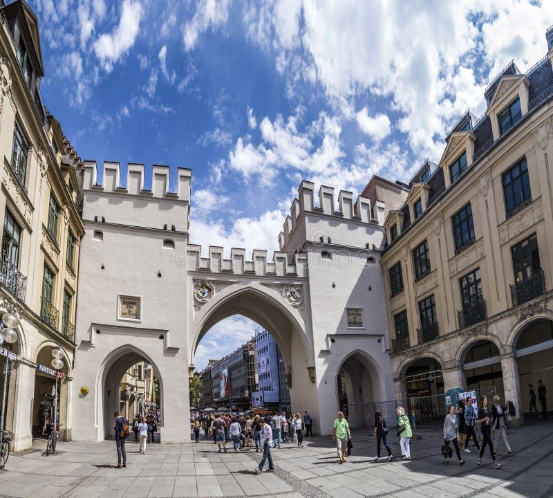Leute, die entlang durch das Karlstor-Tor in München gehen stockfoto