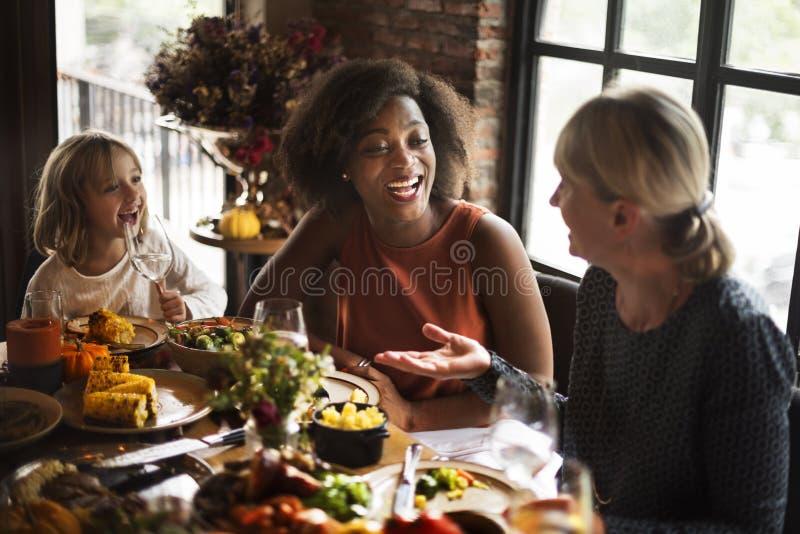 Leute, die Erntedankfest-Konzept feiernd sprechen lizenzfreie stockfotos