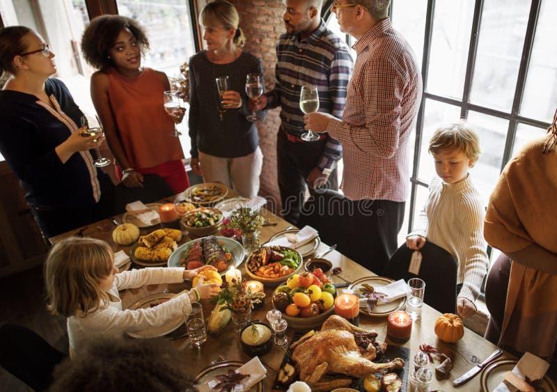 Leute, die Erntedankfest-Traditions-Konzept feiern lizenzfreies stockbild
