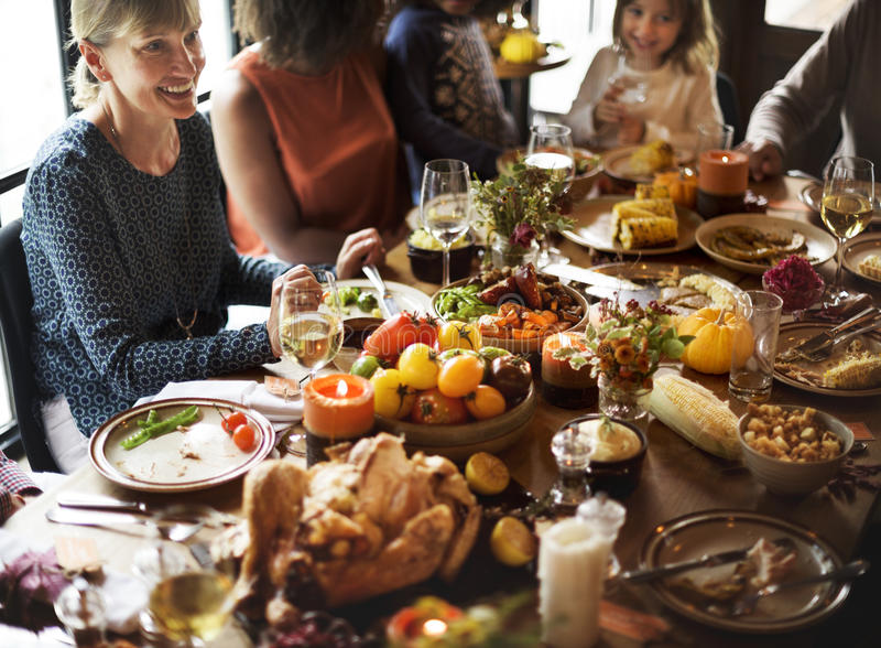 Leute, die Erntedankfest-Traditions-Konzept feiern stockbilder