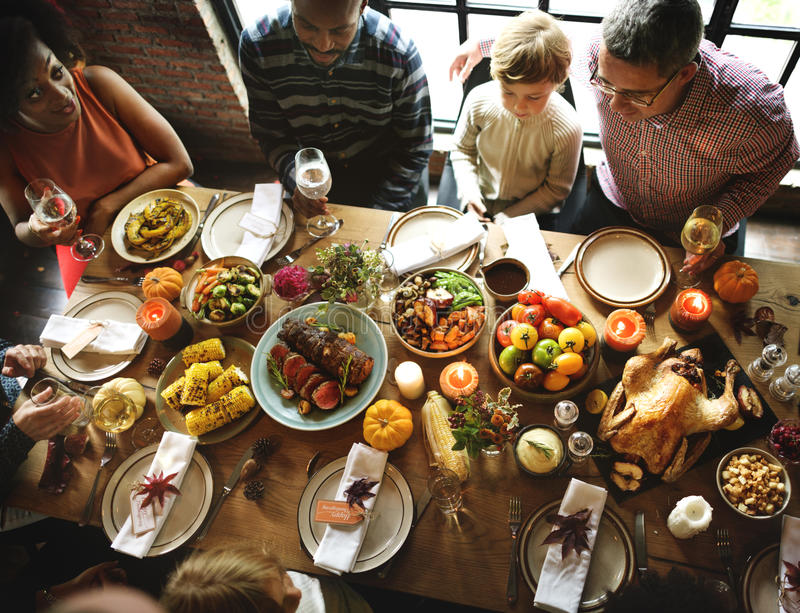 Leute, die Erntedankfest-Traditions-Konzept feiern stockfotografie
