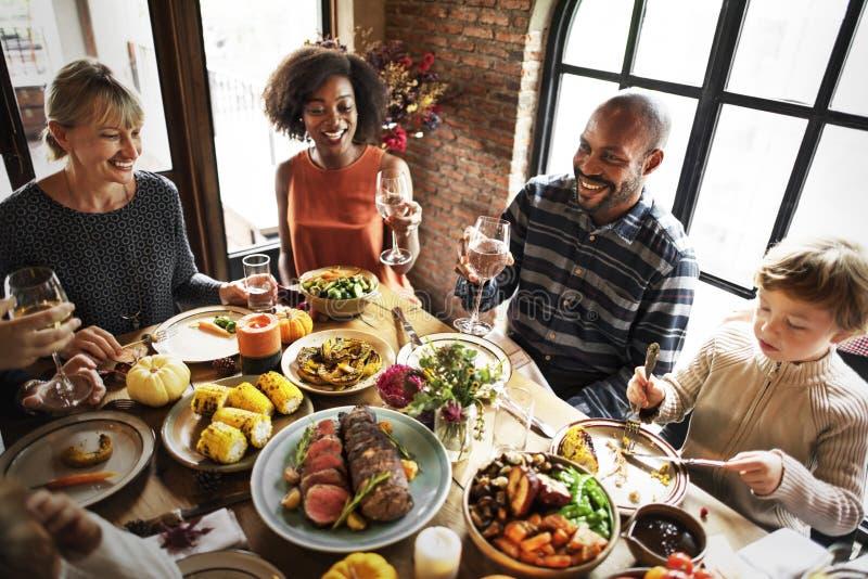 Leute, die Erntedankfest-Traditions-Konzept feiern stockfoto