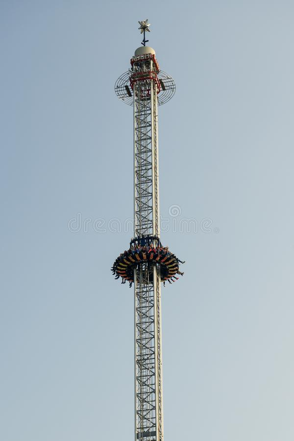 Leute, die Fahrt auf Anziehungskraft des freien Falls in Luzern Luna Park, die Schweiz genießen stockbild