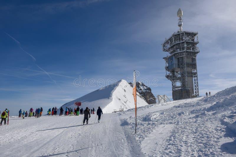 Leute, die fertig werden auf, Berg Titlis über Engelberg in den Schweizer Alpen Ski zu fahren zu gehen stockfoto