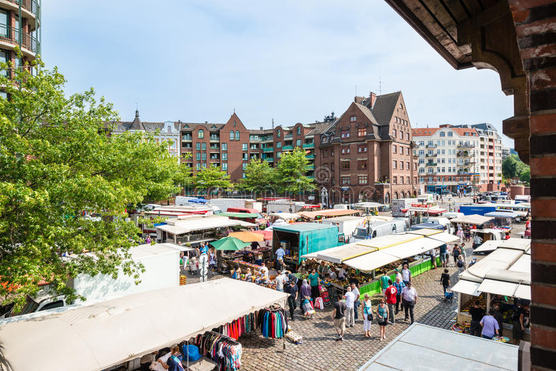 Leute, die Fischmarkt durch den Hafen in Hamburg, Deutschland genießen lizenzfreie stockfotografie