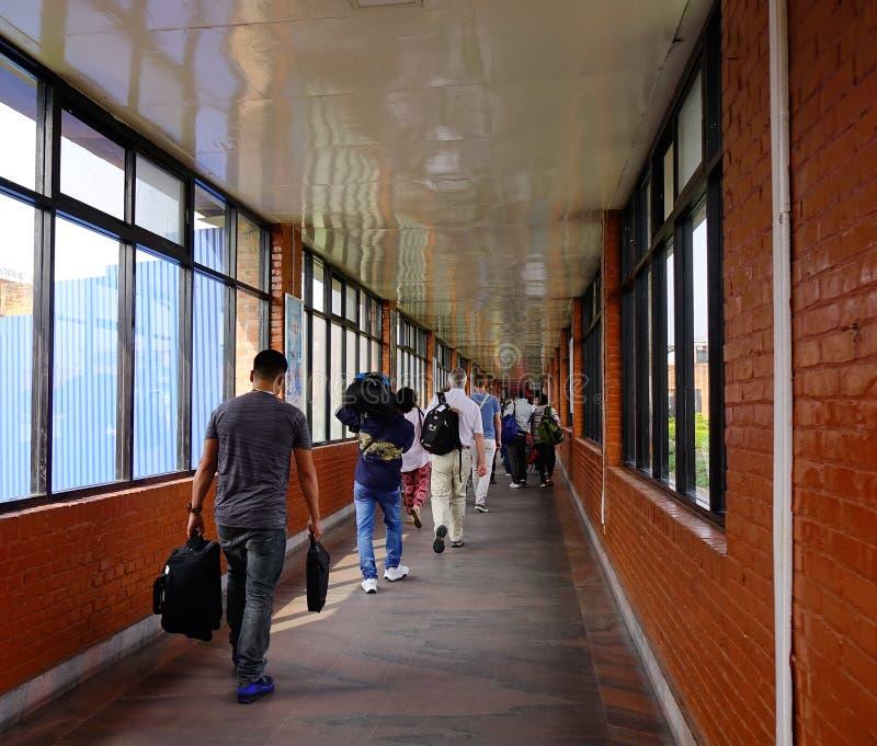 Leute, die am Flughafen in Kathmandu, Nepal gehen stockfotos