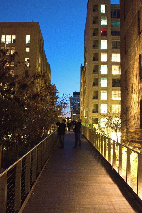Leute, die Fotos auf der hohen Linie in NYC nachts machen stockfoto