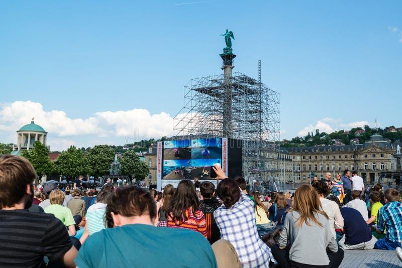 Leute, die Freilichtkino im Stadtzentrum von Stuttgart (Deutschland, genießen) lizenzfreie stockbilder