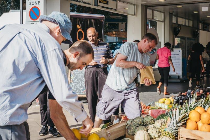 Leute, die frische Frucht an einem Stall außerhalb Hampstead Heath Rai kaufen lizenzfreies stockbild