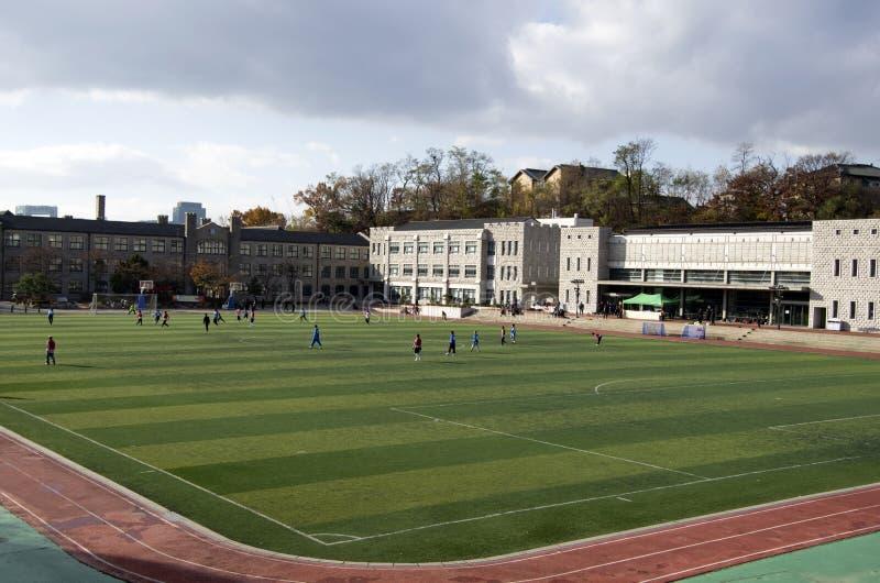 Leute, die Fußball an einer Highschool spielen stockbild