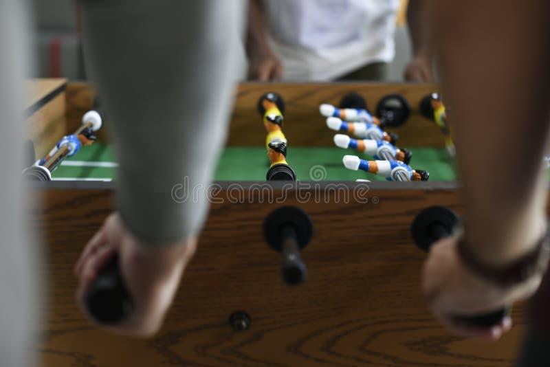 Leute, die Fußball-Tabellen-Fußball-Spiel-Erholung Le genießend spielen lizenzfreie stockfotografie