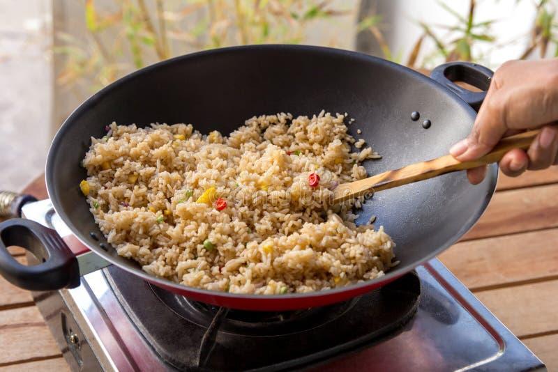 Leute, die gebratenen Reis kochen stockbild