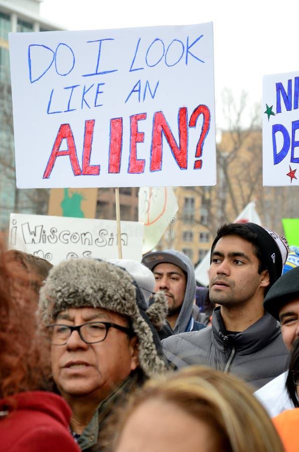 Leute, die gegen Einwanderungsrechte protestieren lizenzfreies stockfoto