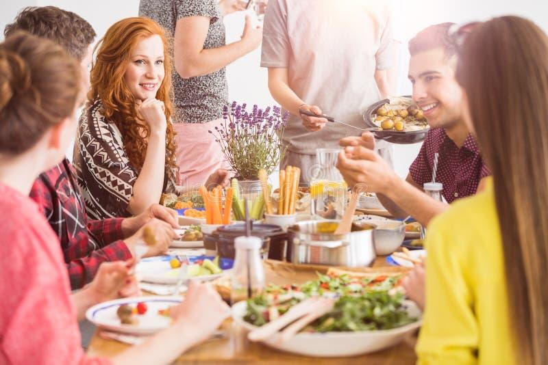 Leute, die gesunde organische Teller essen lizenzfreie stockfotos