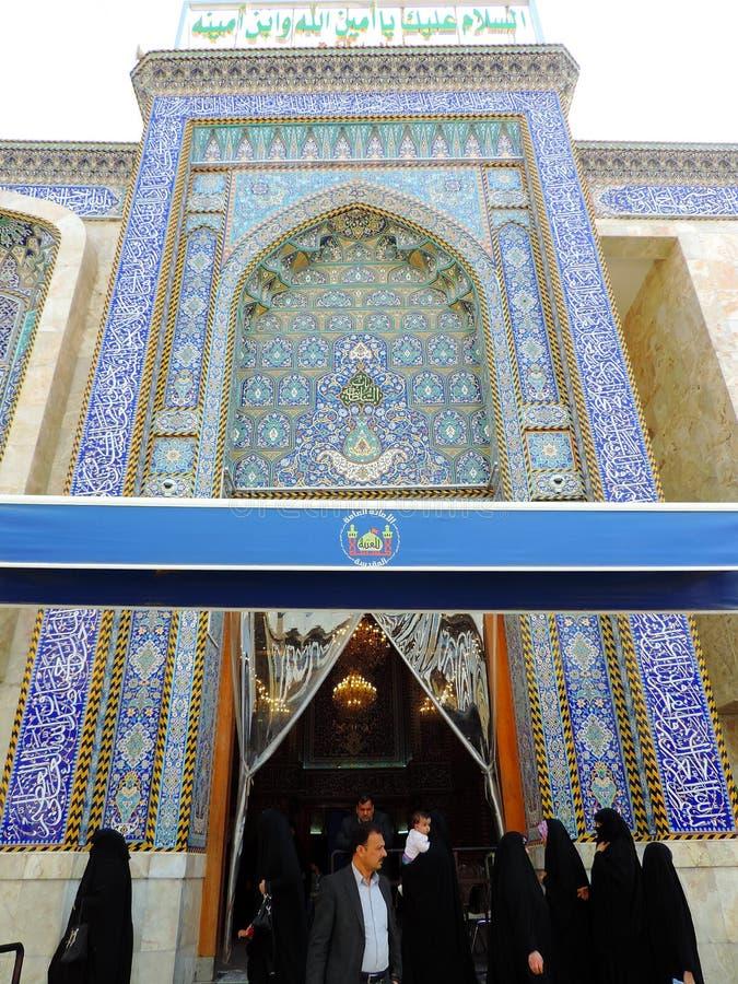 Leute, die heiligen Schrein von Abbas Ibn Ali, Kerbela, der Irak betreten stockbild