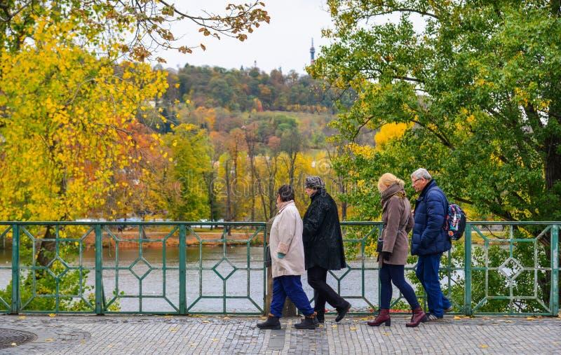 Leute, die am Herbstpark gehen lizenzfreies stockfoto