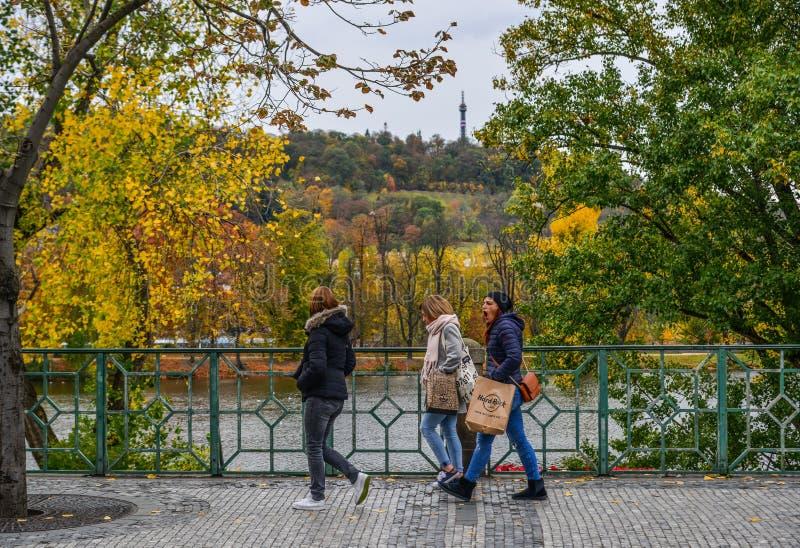 Leute, die am Herbstpark gehen stockfoto