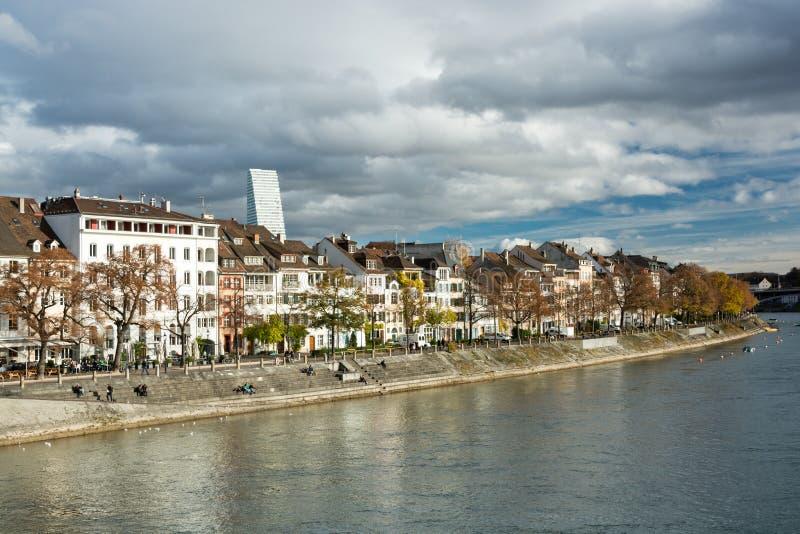 Leute, die herein drastischen Nachmittag auf Fluss Rhein-Ufergegend genießen stockfotos