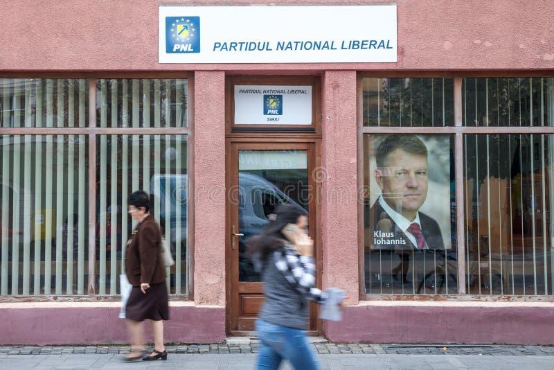 Leute, die herein vom lokalen Büro nationalen Liberalen PNL-Partei Partidul, Nationalliberale Partei gehen lizenzfreies stockfoto