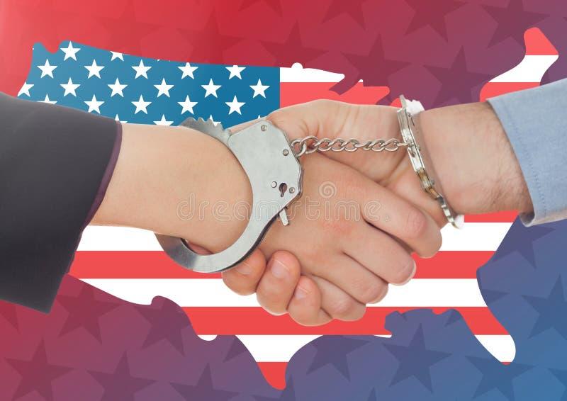 Leute, die ihre Hände mit der Handschelle gegen amerikanische Flagge rütteln stockbilder