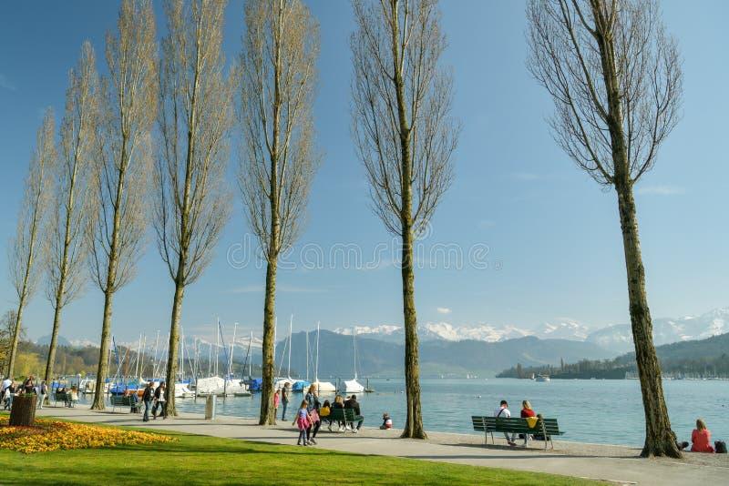 Leute, die ihre Zeit auf Promenade an den Ufern von Luzerner See genießen stockbilder