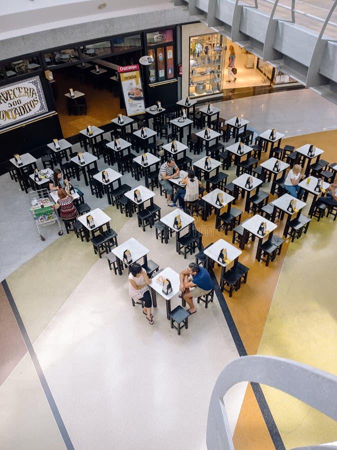 Leute, die im Einkaufszentrum Castilleja de la Cuesta die Aire Sur essen und trinken lizenzfreie stockfotos