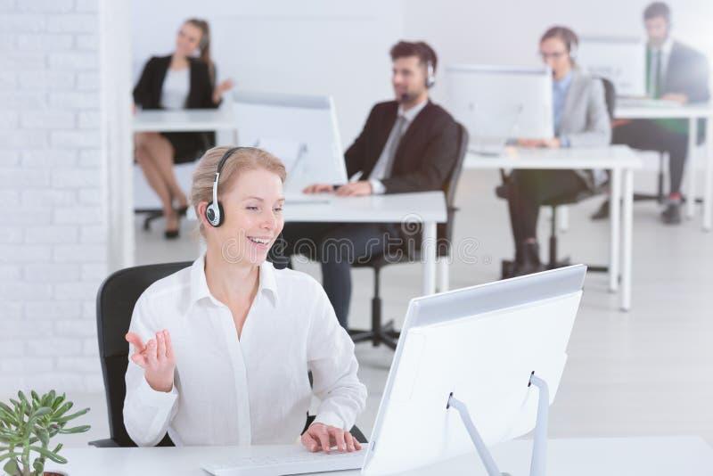 Leute, die im Kundenkontaktcenter arbeiten stockfoto