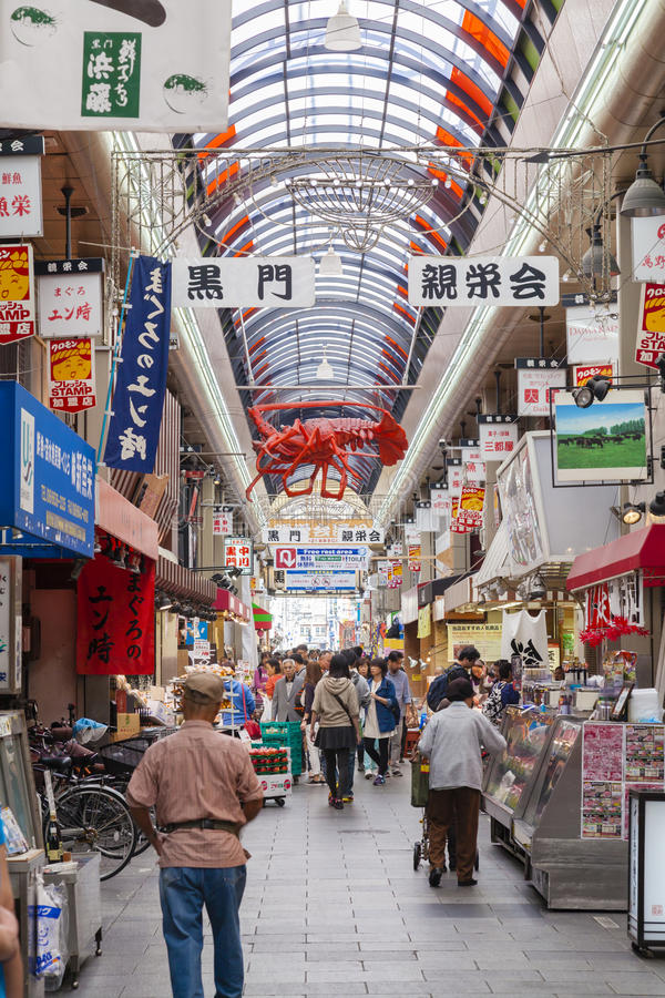Leute, die im Kuromon-Markt in Osaka, Japan kaufen stockfoto