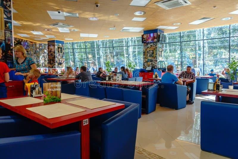 Leute, die im modernen Café zur Tageszeit essen stockfotos