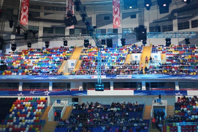 Leute, die im Palast des Sports Megasport sitzen stockfotos