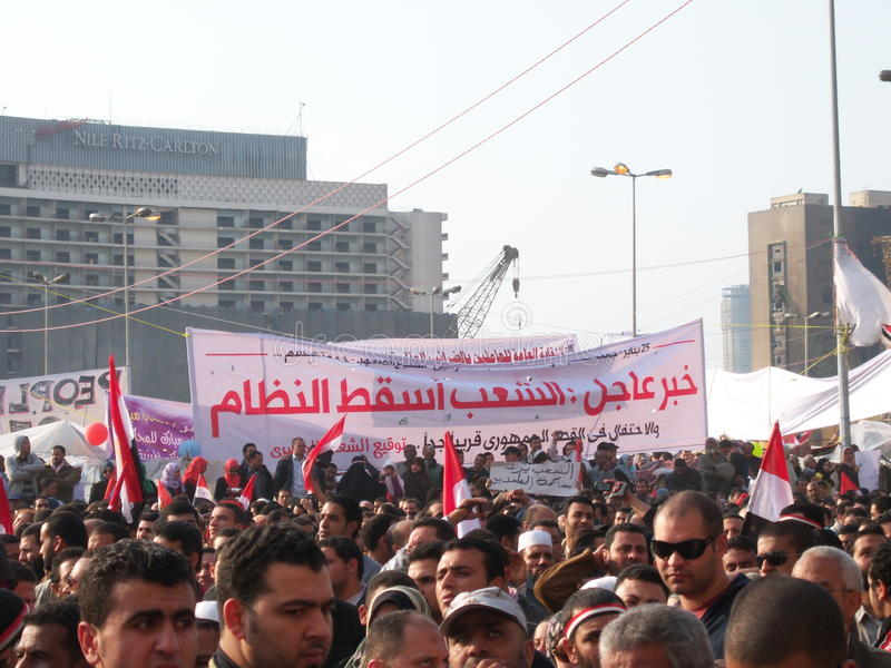 Leute, die im tahrir Quadrat protestieren lizenzfreies stockfoto