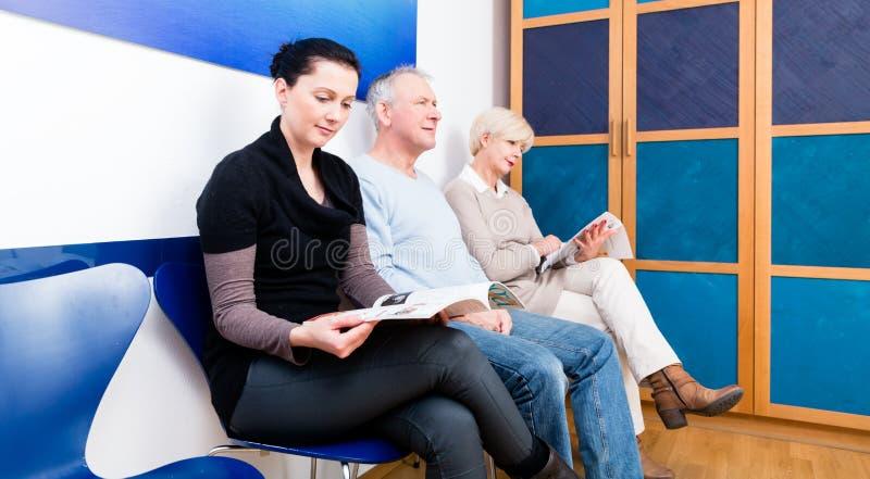 Leute, die im Warteraum sitzen stockfoto