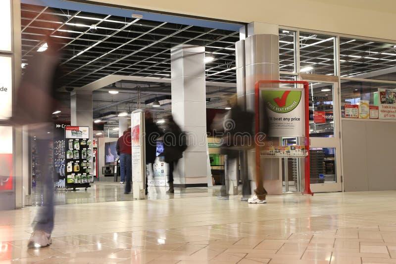 Leute, die im zukünftigen Shopspeicher mit Bewegungsunschärfe kaufen lizenzfreie stockfotografie