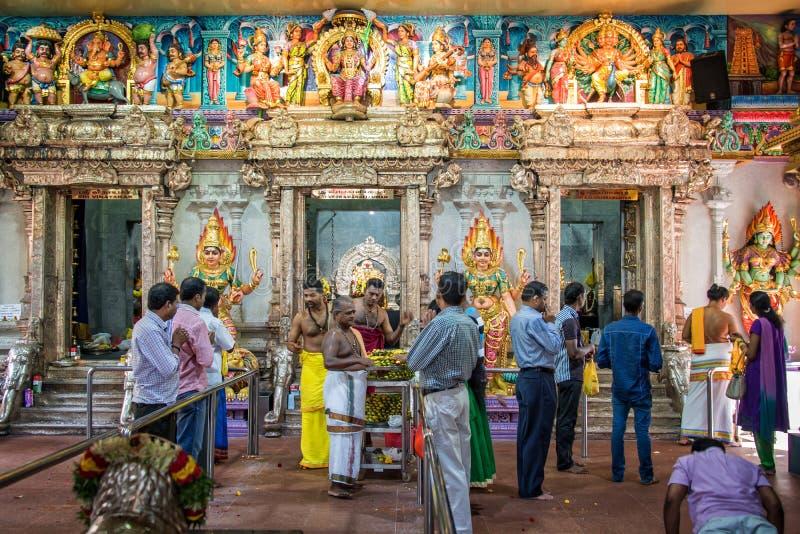 Leute, die inneren Tempel Sri Veeramakaliamman in wenigem Indien, Singapur beten lizenzfreies stockfoto