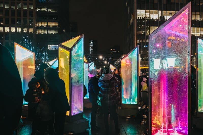 Leute, die innerhalb des Winter-Lichtfestivals in Canary Wharf, London, Großbritannien gehen stockfoto