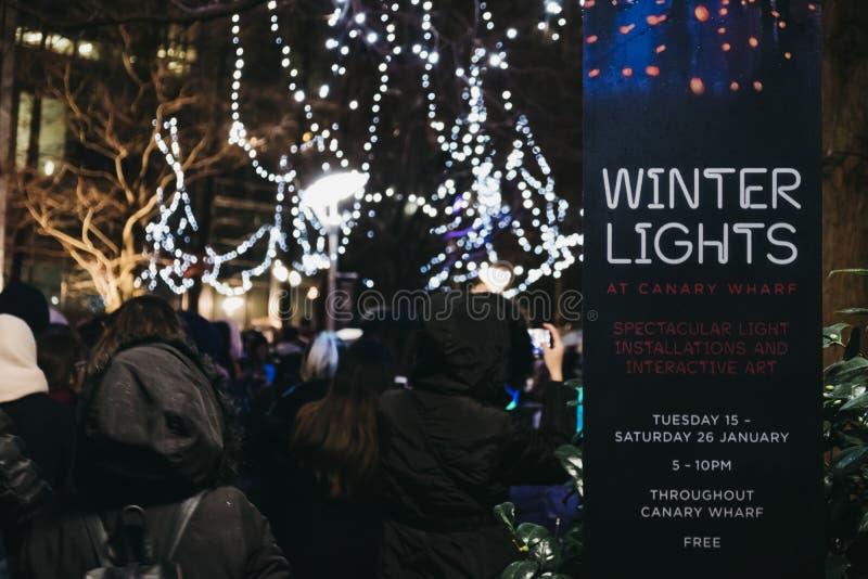 Leute, die innerhalb des Winter-Lichtfestivals in Canary Wharf, London, Großbritannien gehen lizenzfreies stockbild