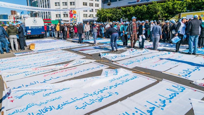 Leute, die internationalen Arbeitskraft-Tagesfeiern zu den den 1. Mai in Casablanca, Marokko fertig werden stockbilder