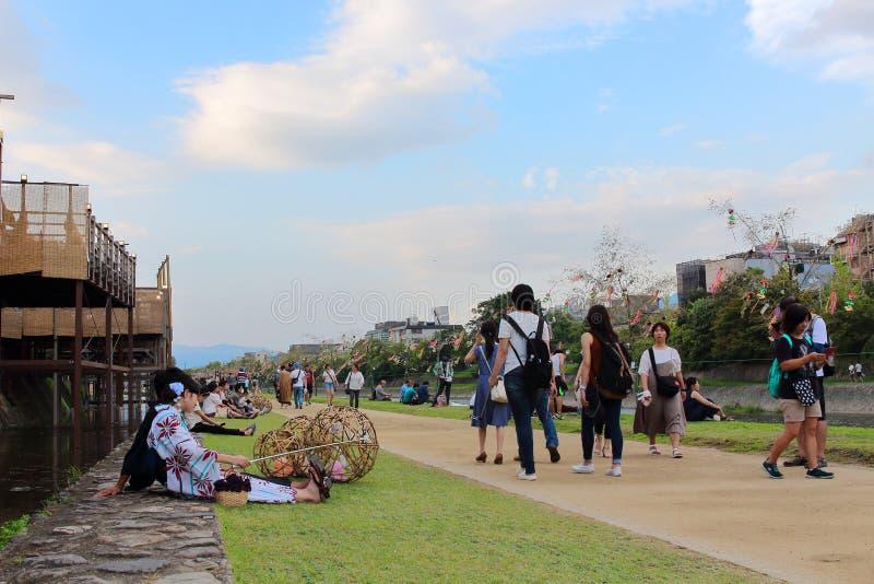 Leute, die in Kamo-Fluss sich entspannen Seine Riverbanks sind populäre gehende Stellen für Bewohner und Touristen stockfoto