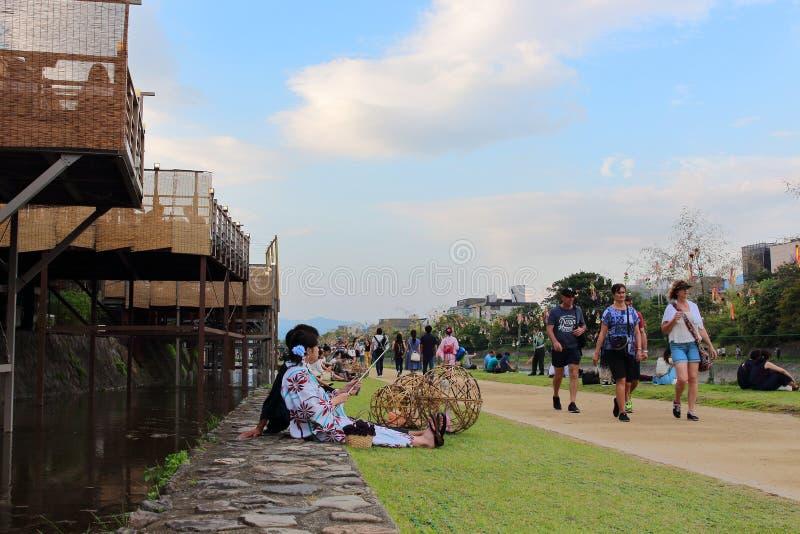 Leute, die in Kamo-Fluss sich entspannen Seine Riverbanks sind populäre gehende Stellen für Bewohner und Touristen lizenzfreies stockbild