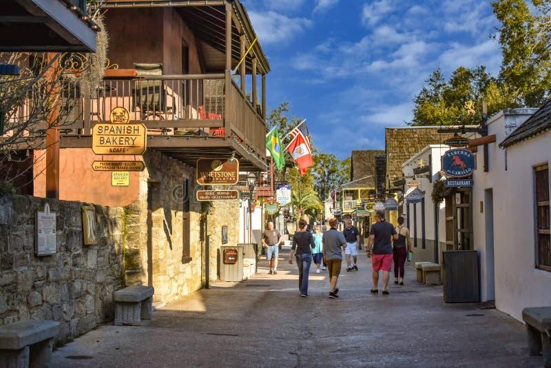Leute, die Kolonialerfahrung in St. George St in der alten Stadt an Floridas historischer Küste 3 genießen lizenzfreies stockbild