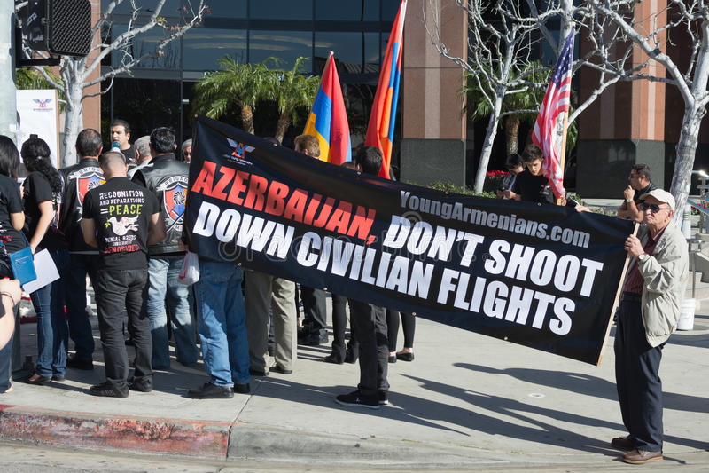 Leute, die am Konsulat von Aserbaidschan zum Gedenken an G protestieren stockbilder