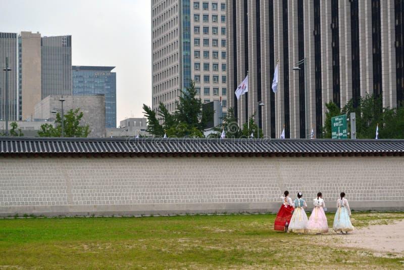 Leute, die koreanische traditionelle Kleidung um Seoul Nord tragen lizenzfreies stockfoto