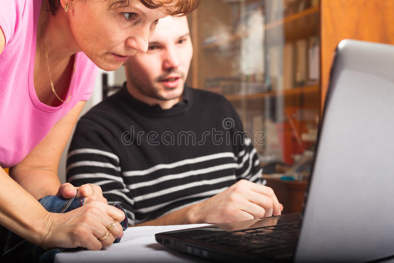 Leute, die Laptop betrachten stockfotos